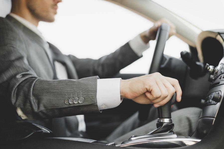Kierowca w samochodzie służbowym